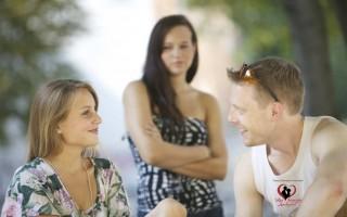 Почему мужчины флиртуют с другими?